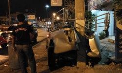 คุมไม่อยู่-ถนนลื่น พ่อค้าขายไก่สดขับรถเสียหลักชนเสาไฟฟ้า รถพังยับ