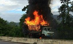 """เสียทั้งรถทั้งของ-ไฟไหม้ """"รถบรรทุกสินค้าโชห่วย"""" เสียหายทั้งคัน คนขับจอดทันไม่บาดเจ็บ"""