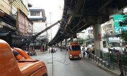 รถบรรทุกเกี่ยวสายไฟ เสาไฟฟ้าล้ม ถ.รามคำแหง แนะเลี่ยงเส้นทาง