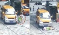 ทำไปได้ หญิงจีนนอนดิ้นเอง หลังผลักเด็กใส่รถหวังเรียกเงินแต่ไม่สำเร็จ