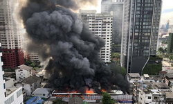 ไฟไหม้แคมป์พักคนงาน ซ.เพชรบุรี 9 เพลิงวอดเสียหายหนัก