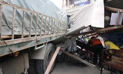เบรกลมแตก! รถบรรทุกกระเบื้อง12 ล้อ เสียการควบคุมไหลชนเพิงวินรับจ้างพังยับ