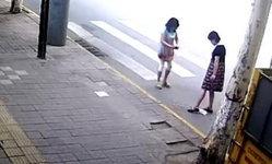 ชาวเน็ตจีนด่าระงม จนท.หญิงจัดฉากทิ้งก้นบุหรี่ หวังใส่ร้ายคนกวาดถนน