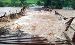 """น้ำป่าหางพายุ """"เบบินคา"""" ถล่ม """"ท่าสองยาง"""" สะพาน-ถนนเสียหาย"""