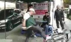 หัวร้อน! ชายโดนปรับขี่มอเตอร์ไซค์บนทางเท้า ถีบรถตัวเองล้มแล้วกระทืบซ้ำ