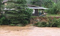 """ฝนตกหนัก """"คลองทับปริก"""" น้ำเซาะตลิ่ง ชาวบ้านผวาตลิ่งกุดใกล้ถึงหลังบ้าน!"""