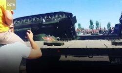 เปิดคลิประทึก รถถังสมัยสงครามโลก พลิกคว่ำในงานพาเหรดรัสเซีย