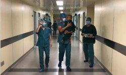 ภาพอบอุ่น หมอจีนอุ้มปลอบเด็กชาย 1 ขวบ ฟื้นบนเตียงผ่าตัด กลัวจนร้องไห้จ้า