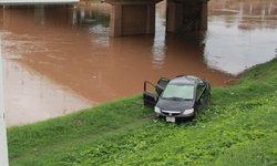 หนุ่มขับเก๋งพวงมาลัยรถล็อก แหกโค้ง พุ่งตกลงไปริมตลิ่งแม่น้ำน่าน หวิดจมน้ำ