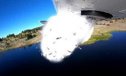 """สุดตื่นตา! เครื่องบินปล่อย """"ฝนปลา"""" กลางทะเลสาบรัฐยูทาห์"""