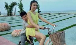 """น่ารัก """"น้องไตตั้น"""" กอดเอวคุณแม่ """"แอนนา"""" ปั่นจักรยานเล่นริมหาด"""