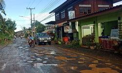 หลุมขนมครก-ชาวบ้านวอนช่วยซ่อมปรับปรุงถนนในหมู่บ้าน ชำรุดเกินเยียวยา สัญจรลำบาก