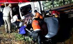หนุ่มซิ่งกระบะแหกโค้งชนรถขับสวนทาง สะบัดฟาดรถบรรทุกขาดสองท่อน คนขับดับคาซากรถ