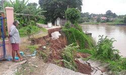 เฉียดกำแพง-ฝนตกหนัก น้ำกัดเซาะตลิ่งริมแม่น้ำน่านทลาย หวั่นบ้านจมหาย