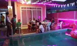 บุกพูลวิลล่าเมืองชลบุรี ทลายปาร์ตี้ยาแก๊งวัยรุ่นมั่วสุม ฉี่ม่วง 5 ราย