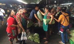 """คนไทยไม่ทิ้งกัน! พ่อค้าแม่ค้านครปฐม แห่บริจาค """"ผัก-เนื้อหมู"""" ให้ทีมกู้ภัยถ้ำหลวง"""