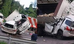 อุบัติเหตุรถยนต์ชนกับรถบรรทุก เสียชีวิต 7 ราย