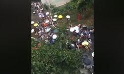 พลังหญิง! นศ.สาวจีนทิ้งร่มรุมช่วยอาจารย์ชาย ต้นไม้ใหญ่ล้มทับกลางฝน