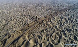 """จีนสร้างถนนสายใหม่ ตัดผ่าน """"ทะเลทรายทากลามากัน"""" เจ้าของฉายา """"ทะเลแห่งความตาย"""""""