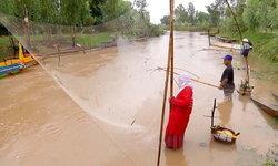 ชาวบ้านหนองหารออกหาปลา หลังสกลนครฝนตกกว่า 60% ในพื้นที่