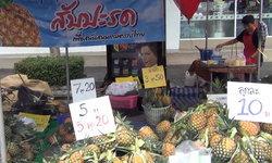 """บาทเดียวก็ขาย! เกษตรกรแห่วางขาย """"สับปะรด"""" ราคาถูกดีกว่าปล่อยเน่า"""