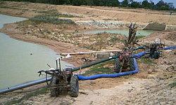 แล้งก็ต้องสู้! ชาวบ้านรวบรวมเงินกันซื้อน้ำมันสูบน้ำเข้านา หวังต่อชีวิตต้นข้าว