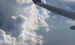 หนุ่มเจอวัตถุประหลาด ตอนมองออกไปนอกหน้าต่างเครื่องบิน