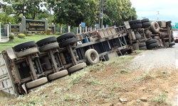 เตือนสิงห์รถบรรทุก พบรถพ่วง 22 ล้อ พลิกคว่ำโชคดีไร้เจ็บ-เหตุคนขับวูบชั่วขณะ