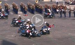 โชว์พลาด! คลิปตำรวจขับ จยย. ชนกัน ขณะแสดงฉลองวันชาติฝรั่งเศส