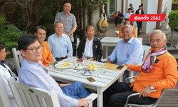 """เลือกตั้ง 2562: """"สุวัจน์-สุเทพ"""" นั่งรวมโต๊ะสุดปรองดอง หลัง """"บังเอิญ"""" เจอกันที่อุดรธานี"""