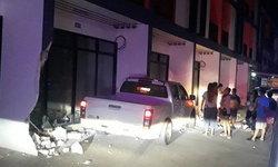 หนุ่มหักหลบรถตัดหน้า ปิกอัพพุ่งเสยชนบ้านทาวน์เฮ้าส์พังไป 3 คูหา