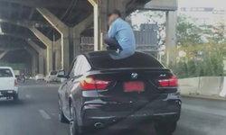 เป็นงงทั้งถนน หนุ่มจอดเก๋งหรูป้ายแดง ปีนขึ้นนั่งหลังคามองดูอุบัติเหตุที่ก่อ