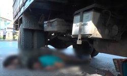 3 เกลอโกงตาย-ซิ่ง จยย.ซ้อนสามชนรถหกล้อร่างมุดใต้ท้องรถ โชคดีคนขับเบรกทัน
