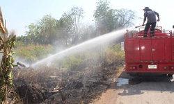 """""""สิงห์อมควัน"""" สุดชุ่ย! โยนบุหรี่ทิ้งป่าข้างทาง เกิดไฟลุกลามหวิดวอดทั้งหมู่บ้าน"""
