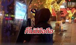 ชายจีนแฮกตู้โทรศัพท์ริมถนน เล่นเกม-ดูหนัง-อ่านนิยาย ฟรีเป็นปี