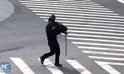 ให้ผมช่วยนะ ตำรวจจีนอุ้มหญิงชราข้ามถนน ส่งถึงจุดหมายปลอดภัย