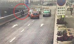 ชายทะเลาะเมีย คิดสั้นโดดสะพานยกระดับ ตำรวจหนุ่มวิ่งคว้าแขนกลางอากาศ (คลิป)