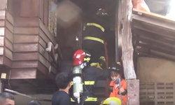 จนท.พังรั้วสังกะสีก่อนระดมฉีดน้ำสกัดเพลิงไหม้บ้านไม้ ขณะเจ้าของไม่อยู่หวิดลุกลาม
