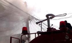 ไฟไหม้สายเคเบิลโทรศัพท์ขนส่งพะเยาหวิดลุกลาม-ก่อน จนท.ควบคุมเพลิงไว้ได้