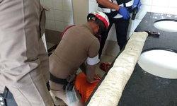 ตำรวจไทยฮีโร่ ปั๊มหัวใจช่วยหนุ่มหมดสติในห้องน้ำปั๊มน้ำมันจนปลอดภัย