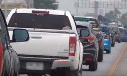 """""""สายเอเชีย"""" ติดหนึบ! ปริมาณรถขึ้นเหนือเยอะแล้ว จนท.แนะใช้เส้นทางเลี่ยงเมืองสุพรรณฯ"""