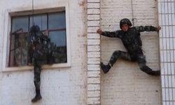 โหดจริง เผยคลิปหน่วยสวาทจีน ปีนกำแพงสูงด้วยมือเปล่า