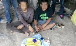 ซุ่มจับ 2 พ่อค้ายาบ้าโดยละม่อมคากระท่อมปลายนา-กำลังนั่งแบ่งยาเตรียมส่งลูกค้า