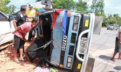 ไม่คาดคิด รถ 6 ล้อ บรรทุกดินเต็มคันรถ เสียหลักชนรถยนต์ คนขับติดภายในอาการสาหัส