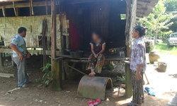 ชีวิตสู้เพื่อลูก พบหญิงสูงอายุอาศัยกับลูกสาวป่วยทางจิตในบ้านใกล้พัง
