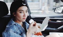 """""""เบลล่า"""" โพสต์ภาพกินข้าวบนรถ แต่แฟนๆ รู้นะใครเป็นคนขับให้"""