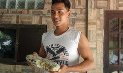เด็กหนุ่มวัย 19 เจออ้วกวาฬลอยทะเลตะรุเตา ลุ้นประกาศขายเป็นล้าน