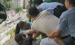 """ตำรวจจีนร่วมสร้าง """"โซ่มนุษย์"""" ช่วยชีวิตหญิงสาวกระโดดตึกฆ่าตัวตาย"""