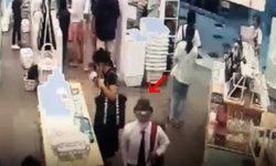 ระเบิดกรุงเทพฯ: คลิปวงจรปิดชายกรีดตุ๊กตาซุกวัตถุต้องสงสัย ก่อนเกิดเหตุบึ้มร้านดังที่สยามสแควร์วัน