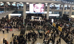 ด่วน สถานกงสุลใหญ่เตือนคนไทยให้รีบออกจากอาคารหลักสนามบินฮ่องกง (คลิป)